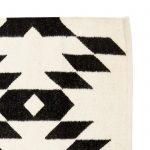 Vloerkleed van wol zwart en off white met grafische print