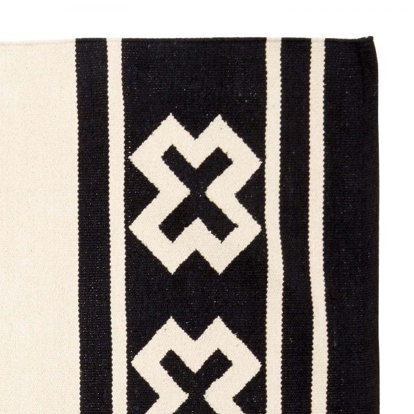 Vloerkleed van zwart-wit wol met grafisch origami patroon van Hubsch