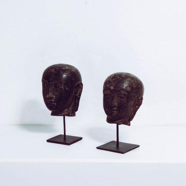 Boeddha hoofd steen op statief zwart bruin